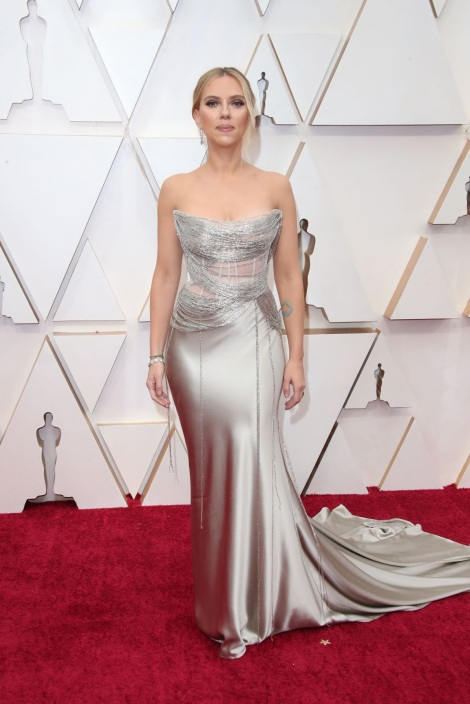 Scarlett Johansson sparkles in Oscar de la Renta at the 2020 Oscars